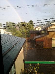 喜怒哀楽をぶつけませんか・・・ 今年の8月に撮った写真です。  ビックリ!!  虹の根本が我が家の前に・・・  慌ててしまい、上手に