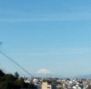 35年生まれ~39年生まれの方 おはよー♪  良く晴れ渡った空に  富士山が映えています♫  遥か遠くだけど^_^;   それぞれの