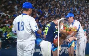 冗談しませんか! ヤクルトのメンバーも最後まで残って 石川投手が花束を手渡しthank  you!!