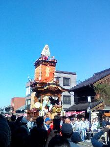 川越で こんにちは。  川越祭りに電子ちゃんと来てます。  今、ねこまんま焼きおにぎりの行列で待ってます。