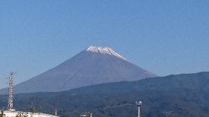 女性の方 一緒に遊んでくれませんか。 本当にいい天気です。  今朝の富士山 初冠雪キレイだよo(^o^)o  どっかいこう💨