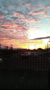★★居酒屋 ししまる^^★★ 『秋は夕暮れ 夕日のさして・・・』枕草子の秋編だけど、アングルでは山の端は捉えてないけど、今日の夕日