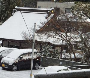 東男・京女 遅くから済みません 此方も雪良く降りましたが 余り積っていません お寺の屋ねに少し、、、