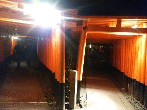 東男・京女 ツボミさん。新年おめでとうございます。 ご存じかも知れませんが、藤森神社へ行くのであれば、下車駅は墨