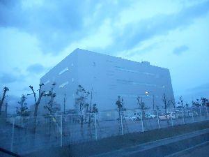 4585 - (株)UMNファーマ 今日の午後4時半の岐阜工場。  全部の階の明かりが点いている。