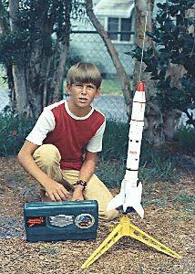 火薬で飛行するモデルロケットを飛ばそう 小学生でも安全な火薬で高度240m飛んでパラシュートで回収できる、50m四方の広さがあれば打ち上げれ