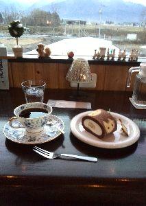気楽に喋ろう50代♪ この写真のケーキの喫茶店、のどかな、田んぼが一杯の中にあります。2階の窓から、北アルプスがきれいに見