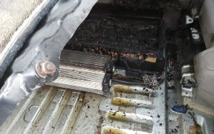 トヨタ アルファードハイブリッド車,走行中に突然エンジン停止 エスティマハイブリッドの駆動用電池から出火しました。三列目シートも焦げました。