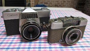 フィルムカメラ(マニュアルフォーカス)がカッコいい! レンズキャップを買いに近所のカメラ屋に行くと \100コーナーのかごの中に古そうなカメラがあり、店主