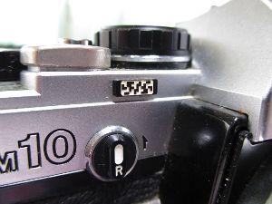 フィルムカメラ(マニュアルフォーカス)がカッコいい! すみません説明不足でした。 中央のハニカムパターン?文字?数字? 多分完全なる飾りなんでしょうけど