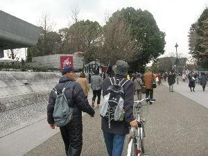 新 40代の休憩所 美術館へ行ってきたよ~!  写真は上野駅の公園口改札を出て東京都美術館へ向かう通路。 この通路の右奥
