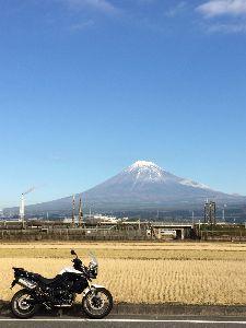 バイクで走ろう静岡県 皆さま こんにちは!  朝のうちは空気が澄んでいて 富士山がハッキリ見えてました。  写真撮って出発