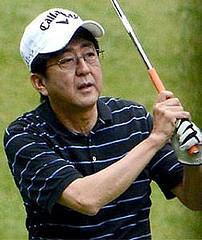 安倍総理は将棋盤で相手を殴り殺して勝ったと言ってるようなことをしている。 2014年8月16日湯川さんが人質になって対策本部を置いたと安倍は説明するが、この日、安倍首相はゴル