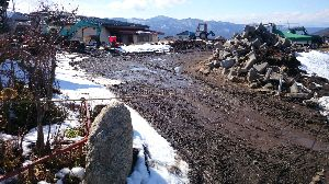 長野に帰ってきました!・・・友達探し^^ 10センチあった雪午前中にとけた。 しかし西の駐車場まだ土の中日が当たるのに30センチは凍っています