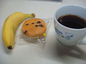 家庭菜園 始めました ^^v 【さっそく。。】  今日からコーヒーとバナナの昼食です  もらったマドレーヌを付けました^^v  値