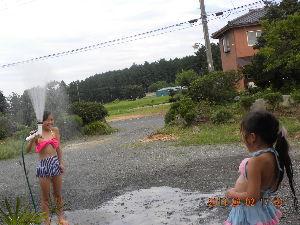 忘れても いいじゃ ない (^-^*)☆ 水遊びしてます 小1と小2年生です