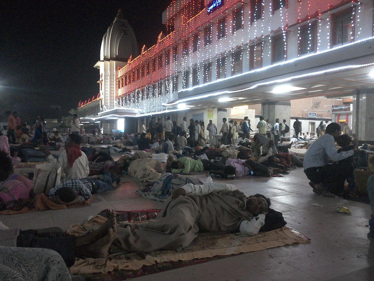 2929 - (株)ファーマフーズ インドで旅行しているけどさすがにインドの女抱こうとは思えれないな あそこ臭そう こいつらなんで駅で寝