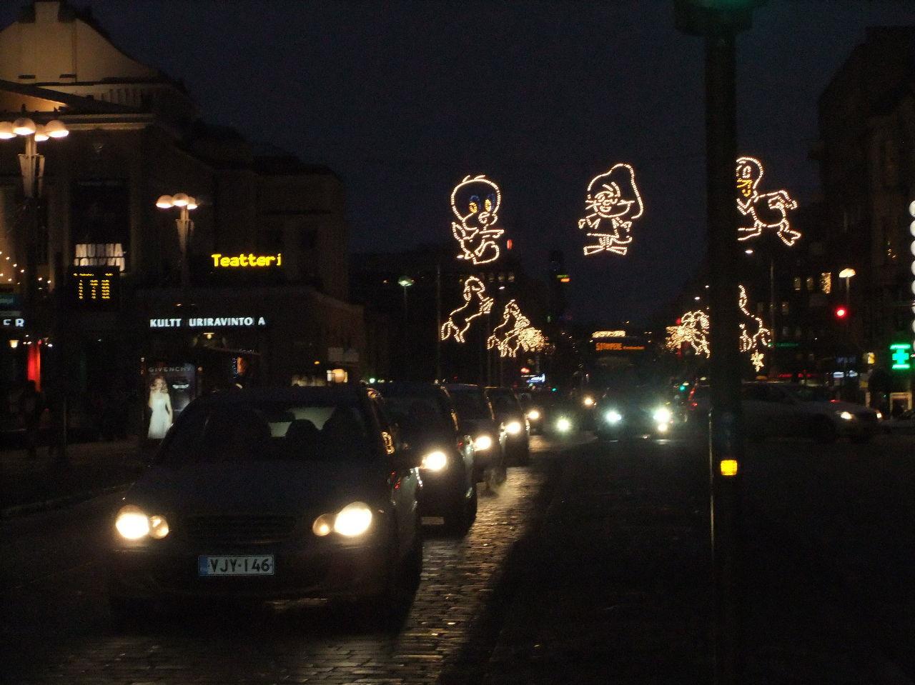 海外での素敵な風景や思い出話をご紹介してください 夜の同じイルミネーションです。 クリスマスの時期はタンペレの街も混雑します。