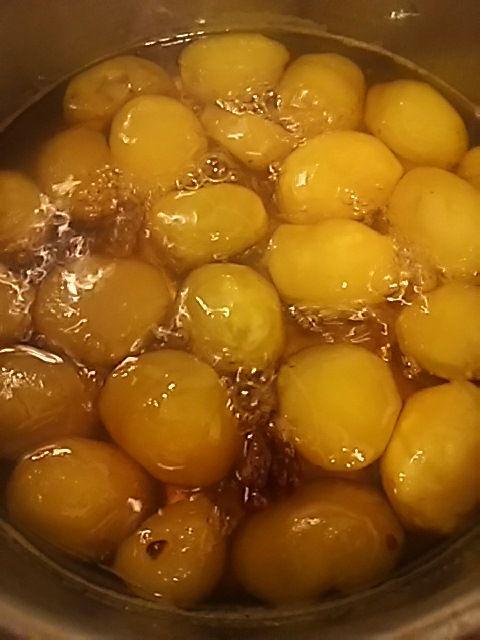活力なべ使ってる方いませんか? はい・・昨日作った・・「栗の甘露煮」です。糖分80%のため、黄金になっています。ボイズさん宜しくお願