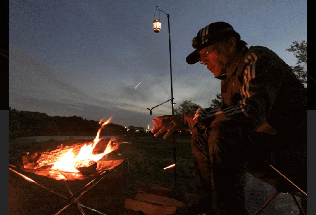 3782 - (株)ディー・ディー・エス ソロキャンプが流行ってますね‼️  真夏と言えど山中の夜は冷えますから、焚き火が消えないように薪をく
