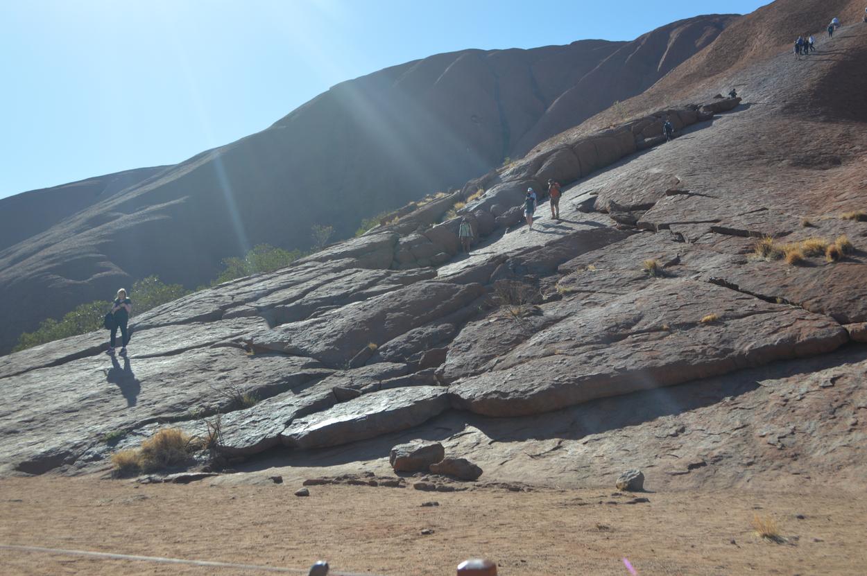 独り言 エアーズロックの坂 写真でみると簡単に登れそうだけどね└ ∵ ┐ これくらいが緩やかな坂だ 登り始め
