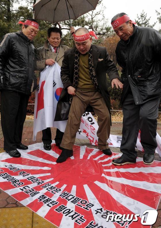 998407 - 日経平均株価 この人達は終戦時に5歳くらいで日本の記憶など無いでしょう むしろ朝鮮戦争で北朝鮮・中国に強い恨みがあ