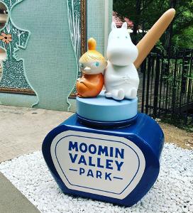 相場の奥の細道とうりゃんせ Moominvalley Park エントランスのムーミン&ミイ像の足元にぬかるみ対策 どうせなら白