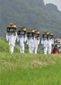 熊本城 歴史の1ページ。今だから見に来て欲しい!! 震災の被害が郡市に大きく爪痕を残している阿蘇、その中で復興の力の源を支える阿蘇の神々の営みがあります