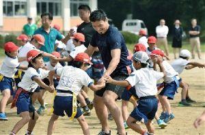 熊本城 歴史の1ページ。今だから見に来て欲しい!! 阿蘇地区の小中学校の中には震災でやむなく学校を移転しているケースもあります。 そんな小学生をラグビー