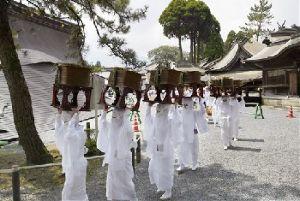 熊本城 歴史の1ページ。今だから見に来て欲しい!! 続いて阿蘇の話題です。 地震で拝殿、楼門などが崩壊した阿蘇神社の農耕祭です。  阿蘇復興 来る観るボ