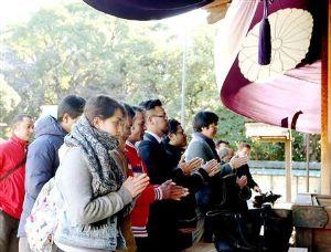 これが韓国の教科書です! 在日ネパール人が靖国参拝    「日本の心学び、母国に伝える」       都内在住のネパール人20