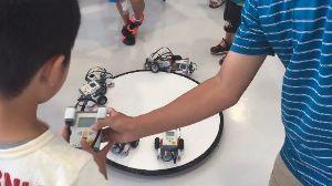 7867 - (株)タカラトミー おもちゃもどんどん進化しています。  ①ホーム > ロボット教室 > 科学発明展にてロボ
