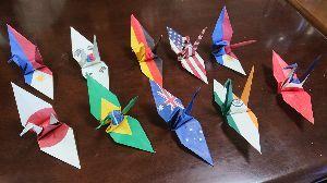 昭和29年,30年の同級生お話しようよ 引き続き母のこと。  母が世界の国旗の折り紙で作った鶴です。国旗とは意外でしょ! でもとてもきれいな