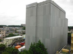 恩田第二病院 松戸市金ケ作 第1期棟は新棟の約5分の1となります。   平成26年8月6日には覆いの一部が撤去され、新しい病棟の