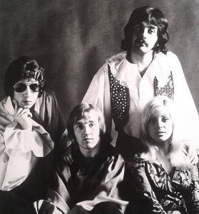 youtubejockey Three Dog Night - Out in the Country  時期が時期だけに式守伊之