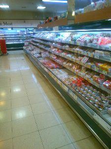 ♨ほっこり温泉♨ おう、たらいま~♪  わし、今、深夜スーパーで買い物中。   脇腹が、つって、品物選んでるふりして