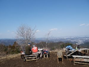 高尾山、陣馬山を好きな人 与瀬神社から明王峠、景信山、城山、高尾山へ。所々に残雪がありました。