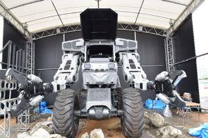 ドラえもんは・・・ お台場で巨大ロボット 「スーパーガジラ」が操縦できるぞおおおお!  巨大ロボットのコックピットに座っ