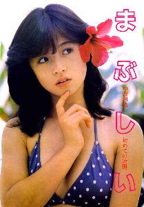 AKINA♥NAKAMORI 80'sアイドルたちは、歌やテレビ出演、雑誌の取材等、日々仕事に追われて忙しく、中々学校