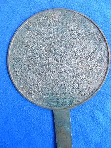 博物館森 明治以前は銅鏡を使っていました、裏の彫刻がなかなかいいですね