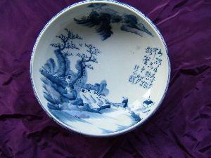 博物館森 貿易商社長が所有していた染付皿、時代は江戸時代かな、山道を求道の老人が歩いてる風情が哀愁をおびていま