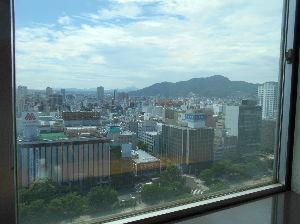 図書館で本をかりている方 おはようございます 今日の札幌は26度で窓を開けていると 涼しい風が入ってきます 昨日は午前中23度