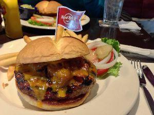 食べて美味しかった画像を淡々と貼るスレッド ハードロックカフェのBBQバーガー。 肉肉しい!