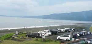 8256 - (株)プロルート丸光 海岸で釣り人が多いの