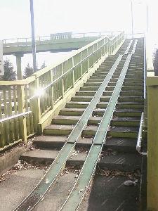 こんな工事をされ 階段に2本レールの歩道橋 宇都宮市
