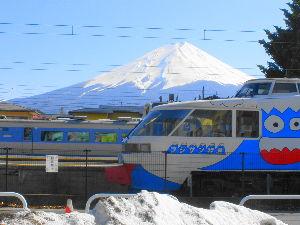 つぶやきにゃんこ 3月に行ってきました。 まだ雪が残ってた。記録的な大雪の名残りが町のあちこちに・・  富士山 綺麗で