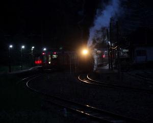 夢の平行線 夜のしのび遇い 撮影2014年9月6日 坂本駅(上り)  この日、SLは一勝地駅の近くで集中豪雨に遭