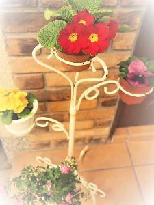 かわいい草花とアンティーク 玄関脇を華やかに。