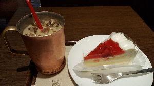 有閑倶楽部 上島珈琲の  黒糖なんちゃらコーヒーとイチゴのケーキ  コーヒーあっま(>ω&lt