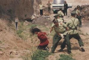 下手人を探せ!誰が問題を作り出したのか? 中国が強制労働を廃止       人権侵害批判意識、      拘束の約6万人近く釈放
